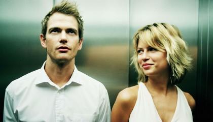Hombre y mujer ligando en el ascensor